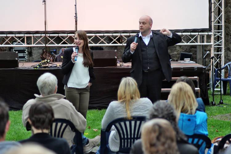 Das Moderatoren-Duo Gerd Buurmann und Kim Miriam Judt