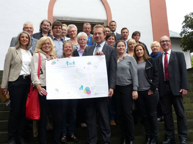 """Mehr als 20 Partnerinnen und Partner des Siegener """"Bündnisses für Familie"""" unterzeichneten im Siegener Rathaus die zehn bundesweiten Leitsätze zur besseren Vereinbarkeit und Familie und Beruf. (Foto: Stadt Siegen)"""