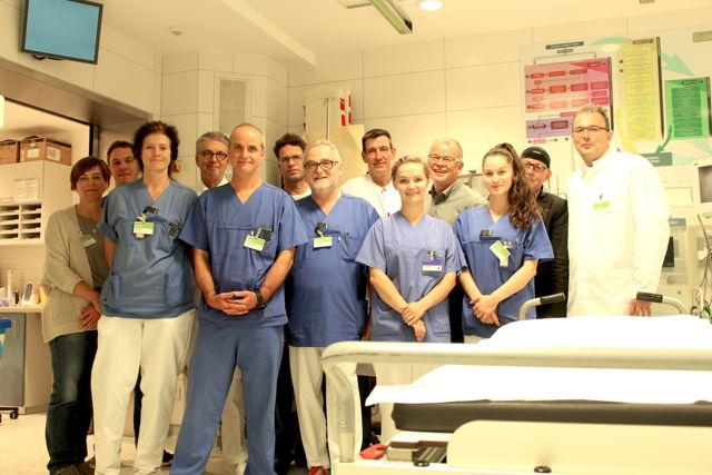 Ärzte, Klinikleitung, Pflegekräfte und Qualitätsbeauftragte freuen sich: Das Diakonie Klinikum Jung-Stilling in Siegen ist als überregionales Traumazentrum zertifiziert worden. (Foto: Diakonie)