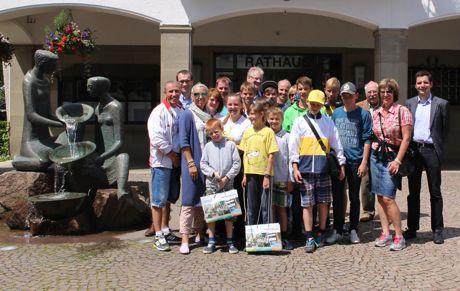 Nach der Begrüßung durch Bürgermeister Christian Pospischil (re.) führte Dieter Auert (3. V. re.) die russischen Waisenkinder mit ihren Betreuerinnen und Betreuern sowie einer Übersetzerin durch die Hansestadt Attendorn. Foto: Stadt Attendorn