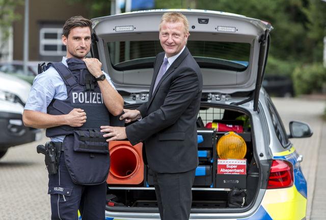 Innenminister Jäger (r.) präsentiert die neuen Hightech-Schutzwesten der NRW-Polizei. (Fotos: MIK)