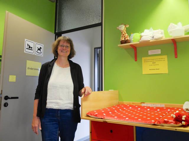 """Dr. Elisabeth Heinrich in einem der """"Eltern-Kind-Zimmer"""" an der Universität Siegen."""