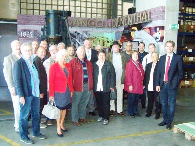 Geschäftsführer Arno Dienenthal (r.) führte die Mitglieder der Siegener SPD-Fraktion durch die Produktionshallen der Firma Dango & Dienenthal in Siegen. (Foto: SPD)