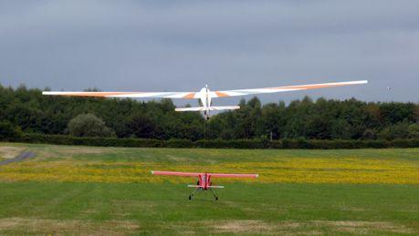 """Ein Motormodell schleppt die Segler auf """"Arbeitshöhe"""". Zwischen 450 und 550 Metern über Grund beginnt dann das Kunstflugprogramm. Foto: SFC Hirzenhain"""