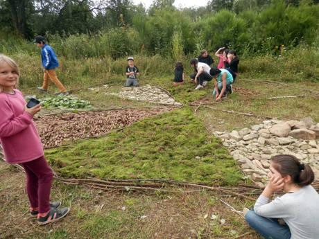 """Das """"Ferien-Sprachcamp"""" auf dem Waldgelände Fischbacherberg sprach alle Sinne der Kinder an, wie hier beim Bauen eines """"Naturmosaiks"""". (Fotos: Stadt Siegen)"""