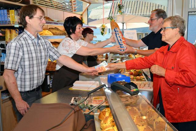 Brötchen und Bargeld: In der Bäckerei Krämer in Zeppenfeld passt beides zusammen. (Foto: Volksbank)