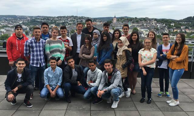 Die Teilnehmer eines Feriensprachkurses trafen sich mit Landrat Andreas Müller (hinten 6.v.r.). Kursleiter Sadettin Almaci (rechts hinter dem Landrat) hatte dieses Treffen auf Wunsch seiner Schüler organisiert. (Foto: Kreis)