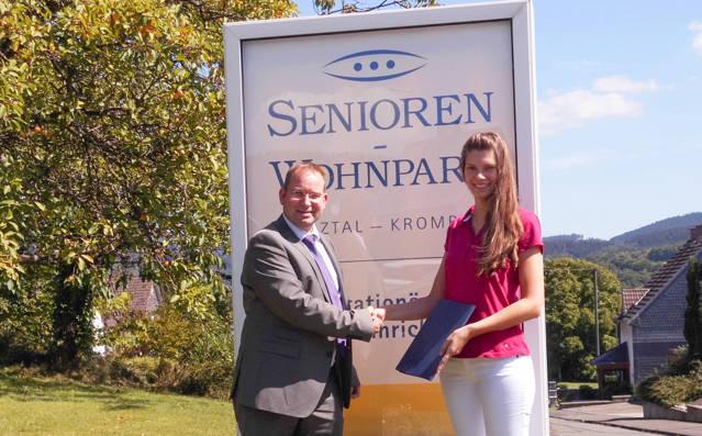 Einrichtungsleiter Eyk Schröder gratulierte Ashley Harmuth zu ihren guten Prüfungsergebnissen. (Foto: Wohnpark)