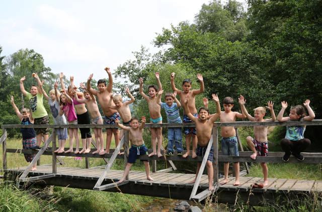 Das Wetter spielte mit: Zum Ferienprogramm des städtischen Kinder- und Jugendtreffs Lindenberg gehörte auch ein Ausflug ins Buchhellertal bei Burbach. (Foto: Stadt Siegen)