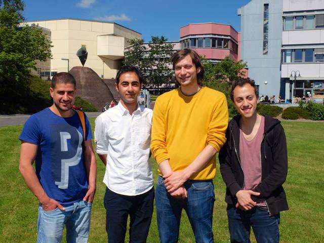 Khalduon Al Ghazli und Mohammed Ali Anis (links und rechts) sind dankbar für die Unterstützung der Uni-Mitarbeiter Majdi Bido und Christian Gerhus.