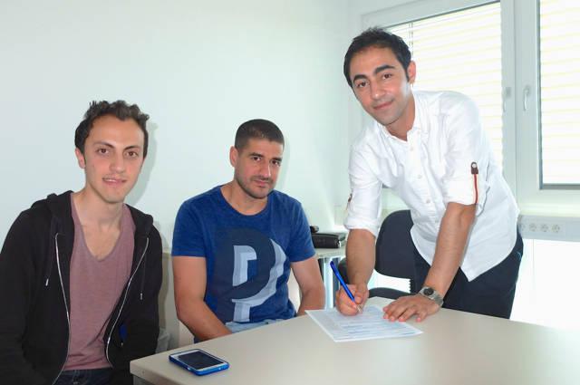 Uni-Mitarbeiter Majdi Bido (rechts) unterstützt Mohammed Ali Anis und Khalduon Al Ghazli aus Syrien zum Beispiel beim Ausfüllen von Formularen. (Fotos: Universität Siegen)