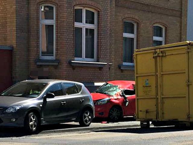2016-08-26_Siegen_Container gegen Auto_Leserfoto_Michel Deblock_01