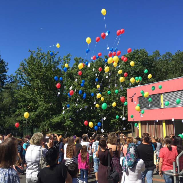 Ein schöner Start für die neue Gesamtschule Auf dem Schießberg im Siegener Norden: Die Fünftklässler ließen mit ihren Eltern und Lehrerinnen und Lehrern gemeinsam bunte Ballons in den Himmel steigen. (Foto: Stadt Siegen)