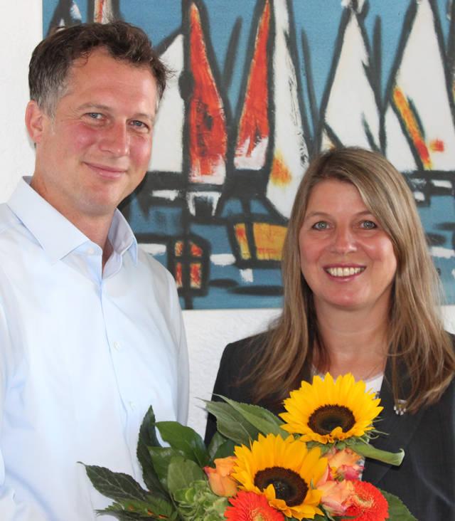 Sören Leopold ist neuer Leiter des Wilnsdorfer Gymnasiums – Bürgermeisterin Christa Schuppler begrüßte ihn mit einem Blumenstrauß in seinem neuen Amt. (Foto: Gemeinde Wilnsdorf)