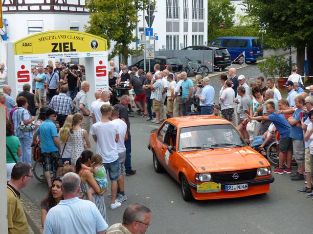 Wolfgang und Regine Jung aus Neunkirchen - hier bei der Zieleinfahrt in Burbach - gewannen im Opel Ascona B die sportliche Wertung.
