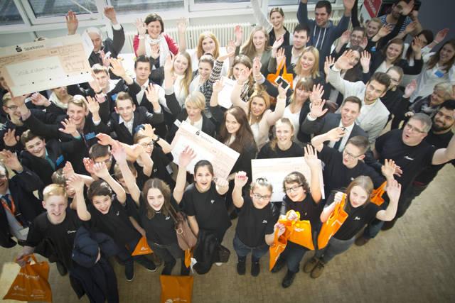 Die Gewinner des letzten Schülerwettbewerbs freuen sich mit Landrat Andreas Müller über ihren Sieg. (Foto: KM:SI)