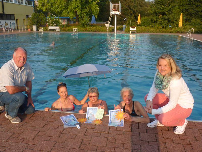 Klaus Roskamm (l.) und Sabine Eschtruth (r.) gratulierten den drei Stammschwimmerinnen Silke Reeh, Sigrid Eichler und Simone Schön-Lauer (v.l.n.r.). (Foto: Stadt Siegen)