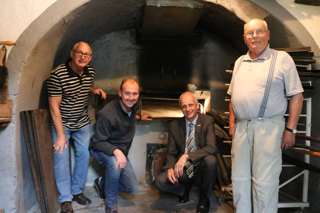 Der Lützelner Backes hat einen sanierten Ofen: Manfred Jandt, Volker Gerstner, Bürgermeister Christoph Ewers und Rolf Krombach freuen sich über das gelungene Ergebnis. (Foto: Gemeinde Burbach)